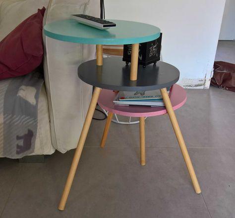Voici un tutoriel pour fabriquer une table d'appoint composer de 3 plateaux en escaliers. Il vous faudra: - une scie sauteuse, - une scie à bois et une boîte à onglet - des pinceaux et un petit rouleau - des vis et une visseuse/tournevis - une perceuse et des forêts à bois - une scie cloche - des petits taquets en bois de diamètre 6 mm Le meuble se compose de 3 plateaux: - Plateau 1: celui du milieu avec 3 pieds inclinés - Plateau 2: celui du bas. Il a un trou pour passer un pied du plateau…
