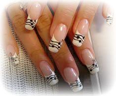 Manicure Uw nagels reinigen, bijvullen of een geheel nieuwe set nagels. French manicure of met prachtige designs.