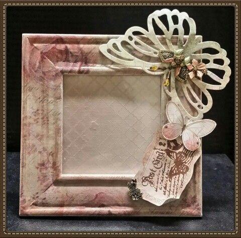 Cornice portafoto La farfalla grande è realizzata in Stone Paper decorata a decoupage e quindi fustella.