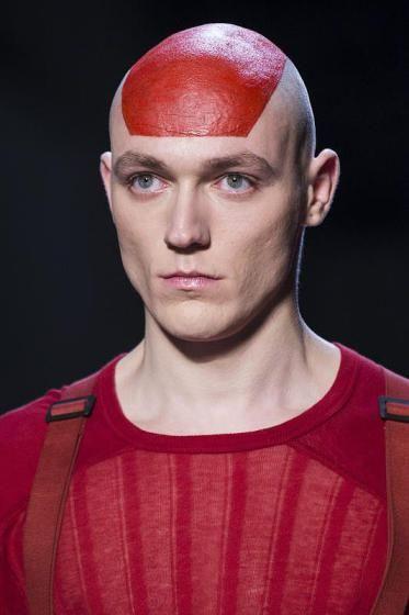 Modewoche Paris: Men's Collection - Rote Akzente zeigt der deutsche Designer Boris Bidjan Saberi. (Bild: EPA)