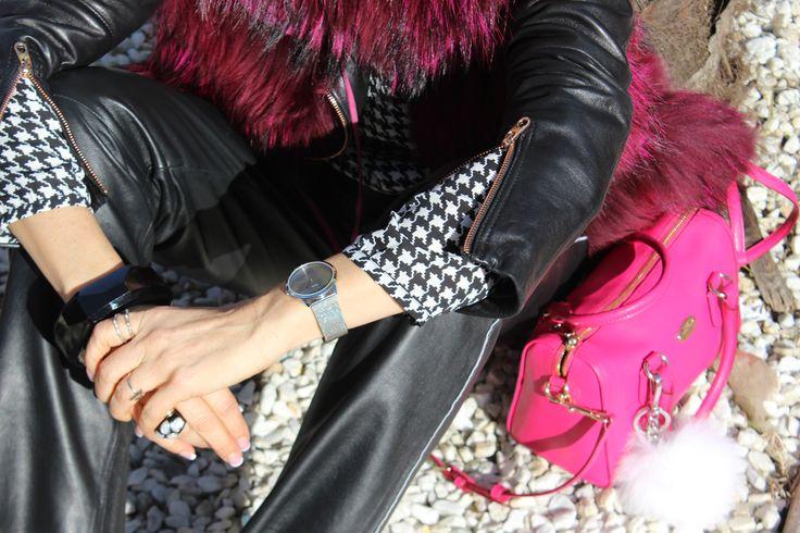 Chaleco pelo fucsia, cazadora piel negro, camisa en  blanco y negro, reloj plateado, pantalón piel,