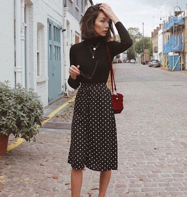 Schwarzer Rollkragenpullover + Polka-Dot-Midirock / // Damenmode, Outfit-Ideen #Schwarze #Mode #Ideen #midi #Outfit