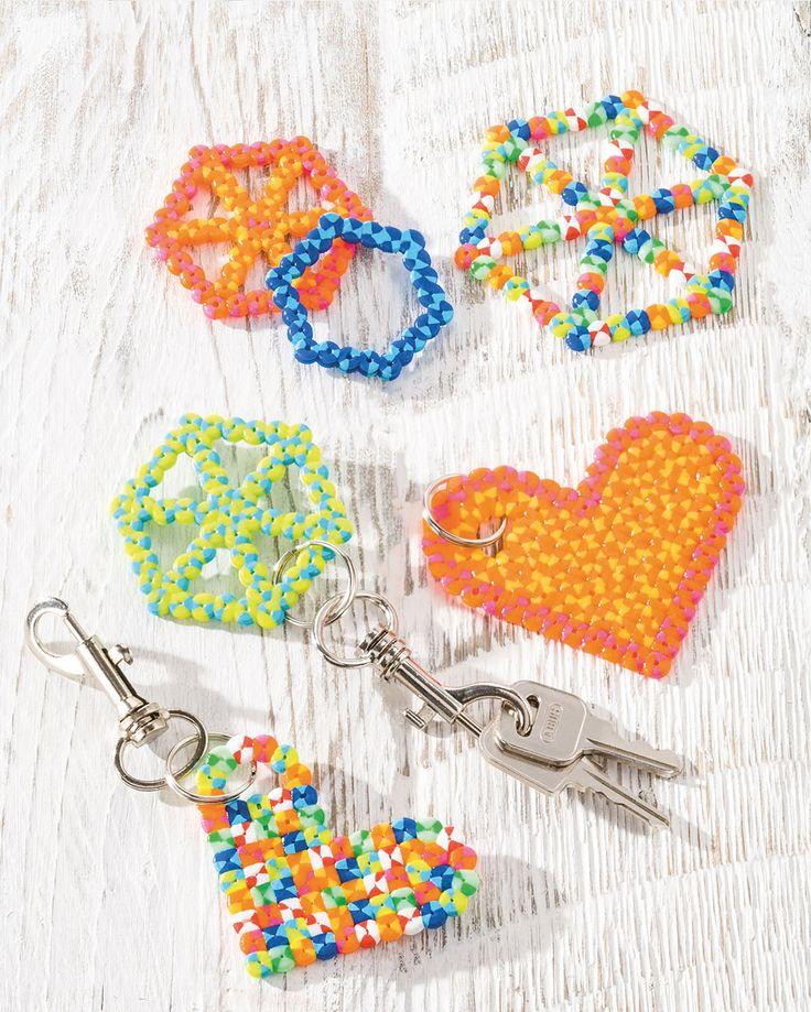 """Nabbi-Schlüsselanhänger """"Herz"""" (Idee mit Anleitung – Klick auf """"Besuchen""""!) - Zum Vatertag bekommt Papa dieses Mal einen quietschbunten Schlüsselanhänger! Und die Kinder haben viel Spaß beim Basteln mit den farbenfrohen Bügelperlen."""