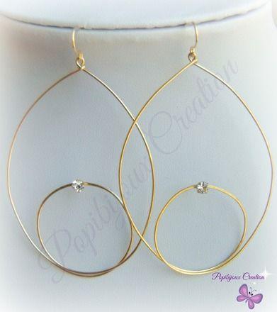 Boucles d'oreille faites main avec du fil plaqué or en forme de gouttes externe et interne et un petit strass en cristal blanc dans son petit serti vieil or. Les gouttes sont acc - 7105203