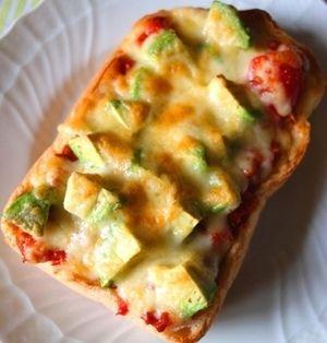 とろーりチーズがたまらない!アボカドから和風まで、ピザトーストレシピ5選♪ | レシピブログ - 料理ブログのレシピ満載!