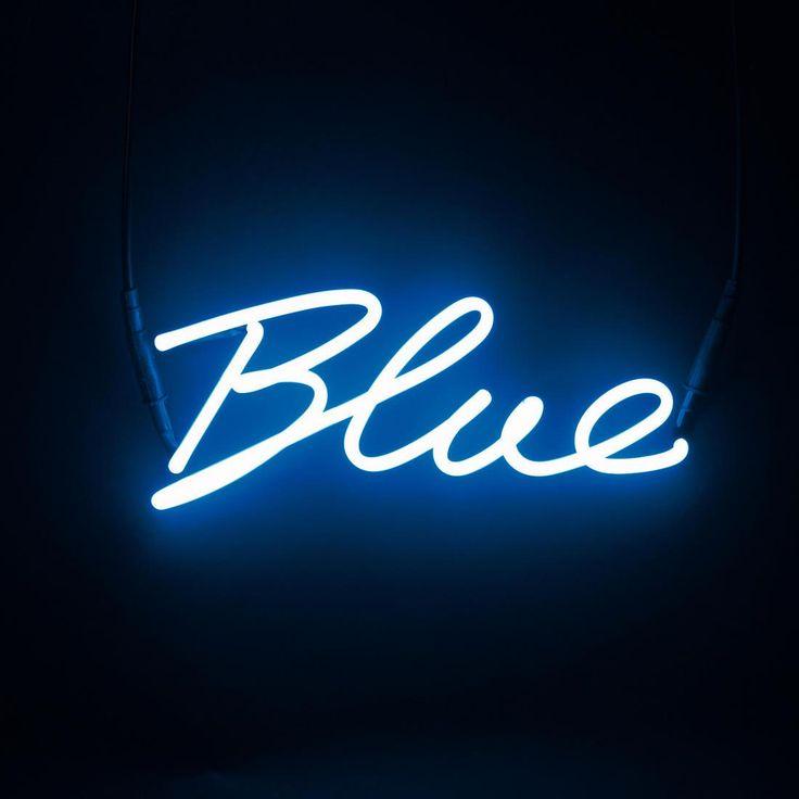 Enseigne/applique composée d'une structure néon bleu en forme de lettres formant le mot