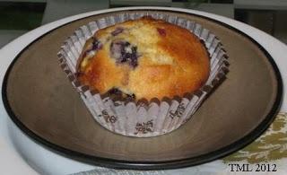 Valkosuklaa-mustikkamuffinssi. Kesän marjoista valmistettu muffinssi maistuu mustikanystäville. Mustikka on valittu vuoden 2013 marjaksi!