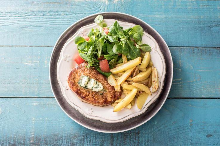 Heute bekommst Du ein klassisches, französisches Gericht bestehend aus köstlichen, knusprigen Pommes frites, einem guten Schweinesteak und frischen Gartensalat. Verfeinert wird das Ganze noch mit hausgemachter Estragon-Butter. Wir wünschen: Bon Appétit!