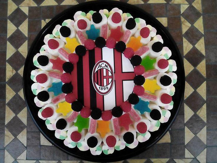 Lo sport nazionale per eccellenza, il calcio, fa battere il cuore di migliaia di tifosi, grandi e piccoli che siano.  Ecco che quindi non poteva mancare qualche creazione a tema! #torta #torte #tortedicompleanno #tortedicaramelle #candycake #candycakes #caramella #caramelle #marshmallow #caramellegommose #birthday #candy #cake #bonbon #calcio #football #milan