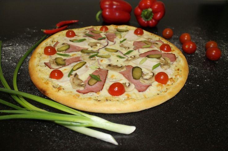 """Отведайте нашу пиццу Алессио http://elitavkusa.ru/pizza-geleznodorogniy/alessio.html  Состав: сливочно-горчичный соус,  сыр """"Моцарелла"""", говядина, филе куриной грудки, солёные огурцы, шампиньоны, помидоры черри, зелень  Цена: 440 рублей  Доставим вкусняшки быстрее молнии по Железнодорожному🚀  👌Вкус удовольствия - оторваться невозможно!👌"""