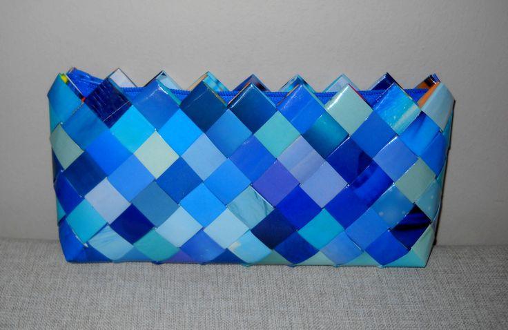 Φάκελος από μπλέ φύλλα περιοδικού. Διαστάσεις: 29εκ.(μήκος)Χ13εκ.(ύψος)Χ3,5εκ.(πάτος). Με μπλέ φερμουάρ.