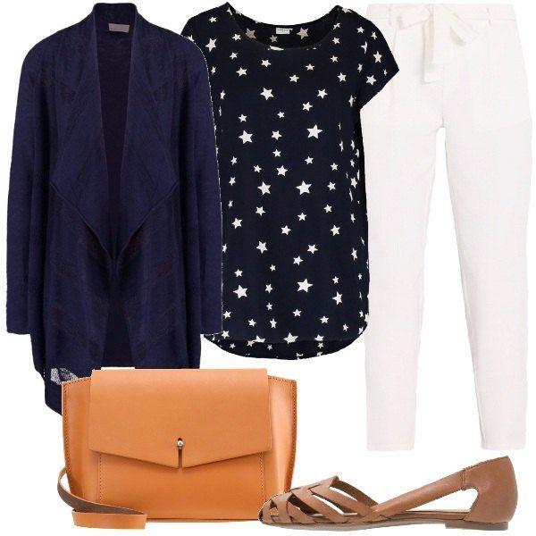 Una t-shirt blu con stampe a contrasto, in viscosa, abbinata a pantaloni bianchi e al cardigan blu, lungo, in cotone. Aggiungiamo, inoltre, le belle scarpe in pelle e la borsa in pelle, a tracolla.