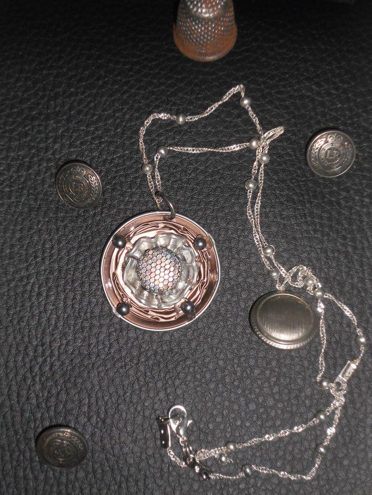 una catenella davvero originale, creata con cialda caffè, e un vecchio orecchino, qualche perlina presa qua e là... che divertimento creare