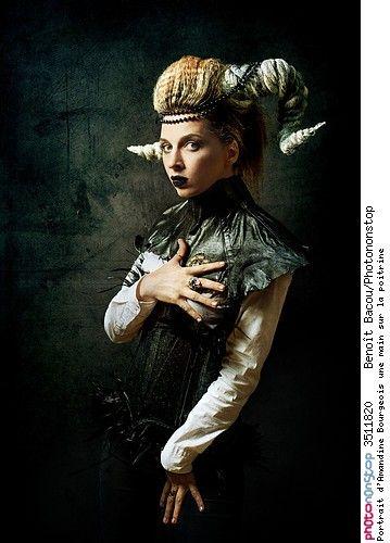 Portrait d'Amandine Bourgeois une main sur la poitrine