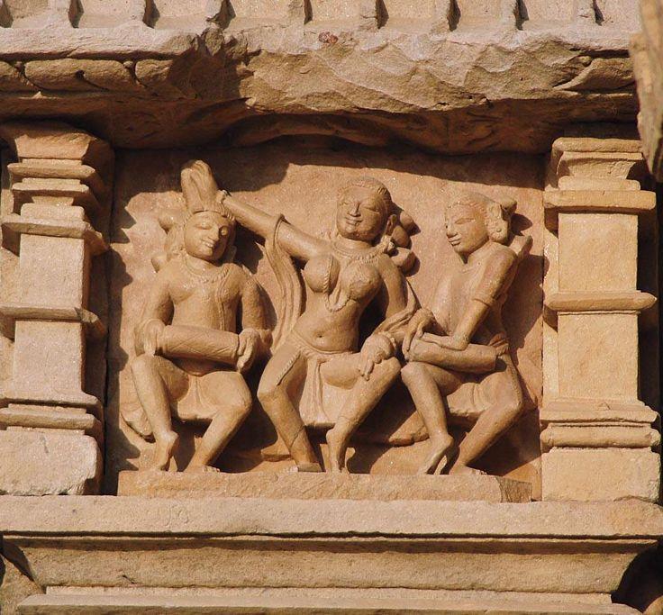 Músicos e dançarina no templo de Kujaraho na Índia