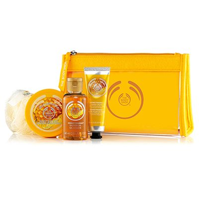Make someone feel beautiful from head to toe. Filled with rich, floral honey scented treats, this sweet set makes for an ideal gift. With Community Fair Trade honey from Ethiopia.  - Honeymania™ Shower Gel 60ml  - Honeymania™ Body Butter 50ml  - Honeymania™ Hand Cream 30ml  - Cream Mini Crinkle Bath Lily