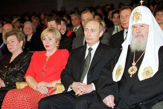 Патриарх Алексий II (скончался в 2008 году), Владимир Путин, Людмила Путина и Наина Ельцина, 10 июня 2000 года