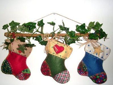 Botinhas de Natal em patchwork – Dica de artesanato fácil e rápido para a decoração da porta de entrada ou outro cantinho de sua casa ~ VillarteDesign Artesanato