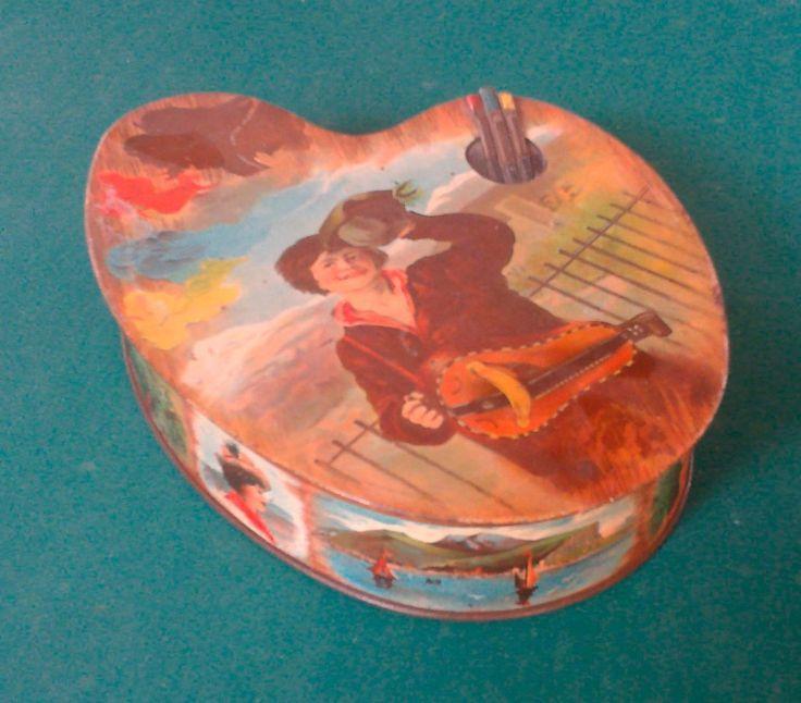 Boîte ARTIST. Huntley & Palmers, fabricant Boorne & Stevens, London.  Boîte à biscuits Victorienne en étain lithographié, en trompe l'œil d'une palette de peintre illustrée sur le dessus d'un musicien. Elle ouvre par le dessus et ferme par clip.   Angleterre 1900.  Massol - 16/06/2015