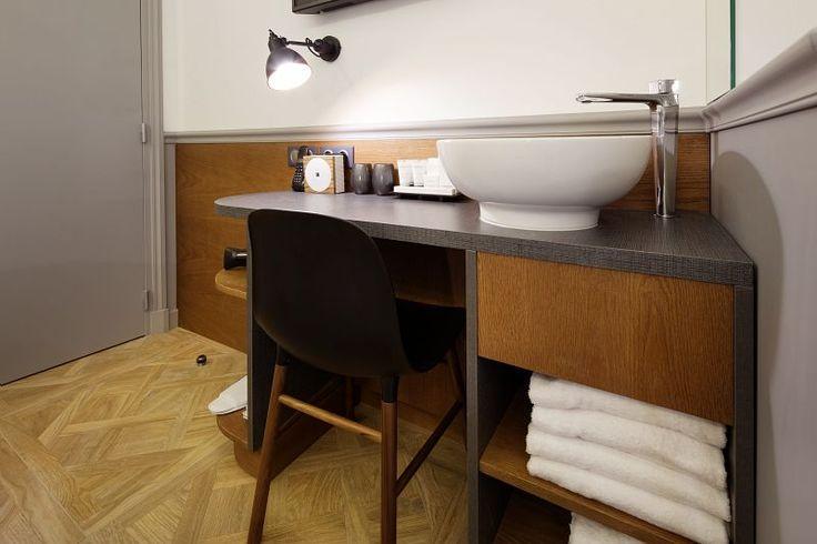 Chaque chambre a un petit détail hors du commun, une assise vintage, un cadre au mur, une lampe unique... la petite touche de singularité de tout appartement parisien...