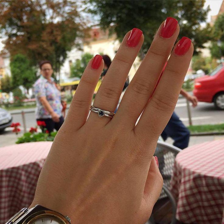 Acesta este verigheta simplă pe care și-a dorit-o Anda pentru nunta ei, un model realizat la comandă, exact după indicațiile ei. Vedeți voi, asta este diferența dintre un magazin de bijuterii și o casă de bijuterii. Așa se face că aici, la Sabion, dăm viață tuturor bijuteriilor izvorâte din visele tale. Fabricat în România.  #handmade #white #gold #jewelry #diamond #weddings #live #love #life #bijuteria #sabion #romania #cluj #bucuresti 