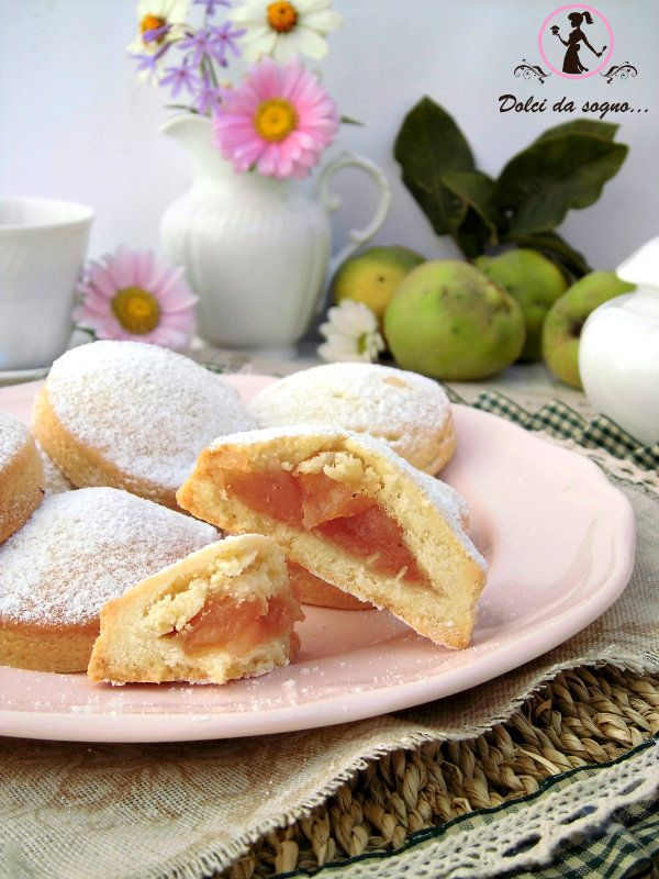I biscotti di mele cotogne, sono profumatissimi, ideali per la colazione e da accompagnare con il tè. Dei biscotti dal gusto classico, che ricordano i sapori di una volta