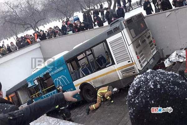 சுரங்கப்பாதைக்குள் புகுந்த பேரூந்து! நால்வர் பலி!! #Russia #News #IBCTamilNews #WorldNews