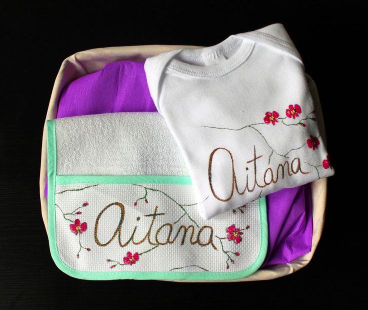 """Cesta con body y babero """"Orquídea"""" grande.  Descubre más en nuestra página web:  http://www.lolitalunakids.com/es/index"""