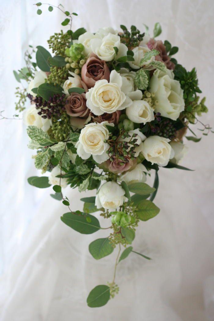 白に紅茶色のバラ、実もグリーンも たくさん、で作ったセミキャスケードブーケと       せっかく岩橋さんに頼むんだからと もう...