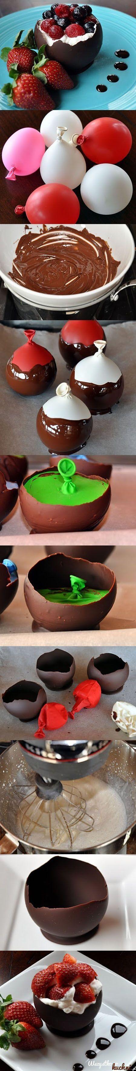 Przepis na czekoladowe kubeczki z bitą śmietanką i owocami...