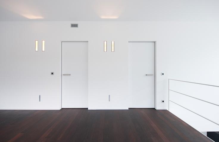 Deuren zonder omlijsting. Deze moderne witte binnendeur is voorzien van een onzichtbare omlijsting die mee door de stukadoor weggewerkt wordt.