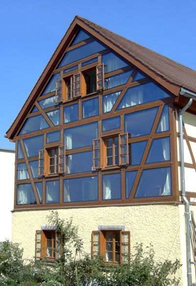 das Holz-Fachwerk und Glas