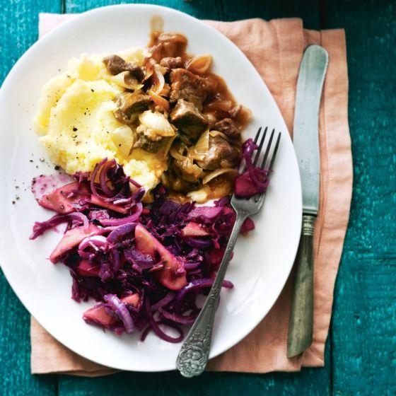 Verdeel de smeuïge aardappelpuree over borden en schep hier het stoofvlees en de rodekool erbij. #rodekool #stoofvlees #JumboSupermarkten