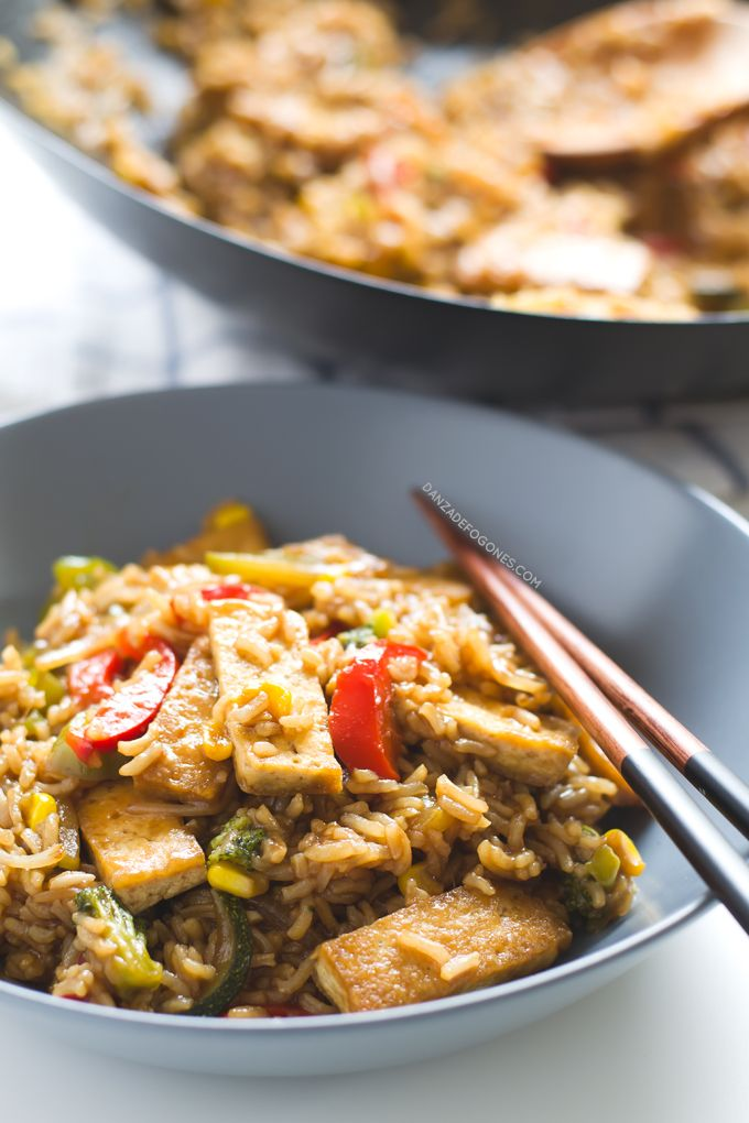 Wok de tofu con arroz y verduras, una receta espectacular. Si quieres una versión más sencilla puedes sustituir la salsa por salsa de soja.