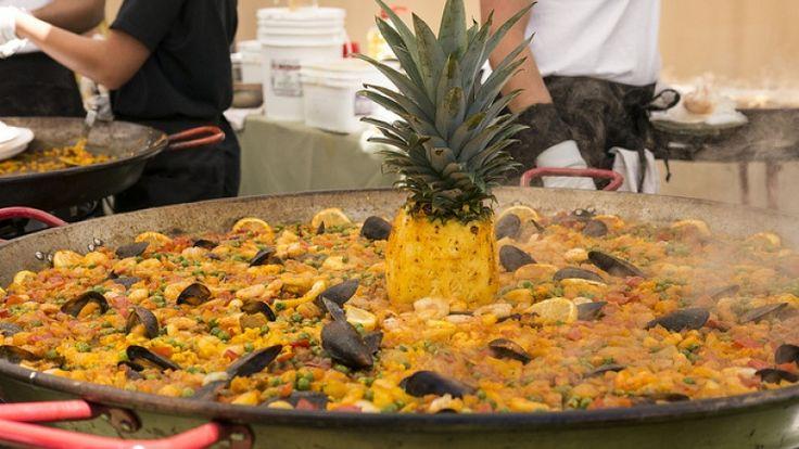Paella mista ricetta originale spagnola: cozze, pollo, gamberi, pesce e carne