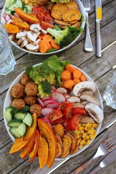 Rainbow Powerbowl mit gebackenem Kürbis und Süßkartoffel