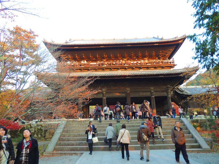 京都南禅寺の三門。紅葉が綺麗と全国的な有名なお寺です。南禅寺から永観堂という流れで紅葉観光に出かける人が多いです。 #京都 #旅行 #紅葉