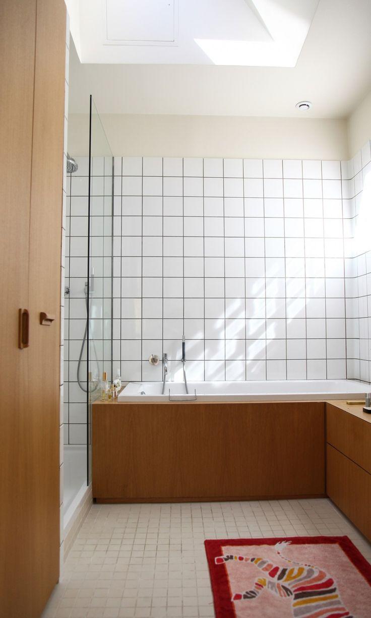The Socialite Family | Paris | Salle de bain minimaliste, bi matière | #decoration #interieure #bathroom #natural #wood #tiles #industrial #thesocialitefamily