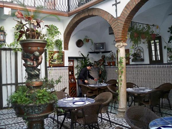 #hotel #rural Las Palmeras. Se encuentra  situado en la zona más bella de Zafra: su caso antiguo. Casona señorial restaurada en el año 1993, está situada bajo los soportales de la Plaza Grande y rodeado de monumentos, como el Convento de Santa Catalina (del 1500), y en un lateral el Hospital de Santiago de arquitectura mudéjar. #turismorural #Badajoz