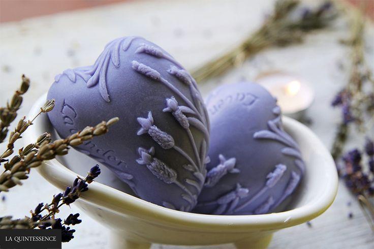 Ręcznie wykonane mydełka glicerynowe La Quintessence z serii Happy Soaps o zapachu lawendy. Nie zawierają substancji alergizujących, parabenów, SLS i SLES.