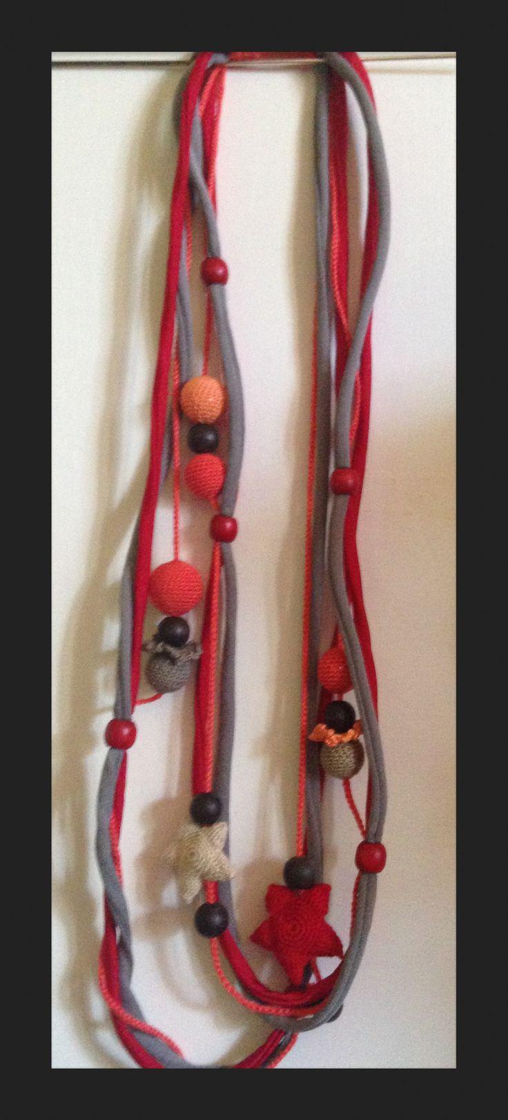 La mia prima collana di fettuccia e uncinetto con palline di legno colorate.