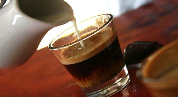 Yağ Yakıcı, Kilo Verdiren Diyet Kahve Tarifi nasıl yapılır? Yağ Yakıcı, Kilo Verdiren Diyet Kahve Tarifi'nin malzemeleri, resimli anlatımı ve yapılışı için tıklayın. Yazar: Diyet Rehberi