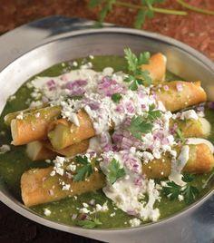 Recetas para hacer tacos de papa: 3 papas grandes hervidas 20 tortillas de maíz 1/2 kg de tomate verde 1/2 cebolla 2 dientes de ajo 1 manojo pequeño de cilantro 1/2 taza de queso manchego rallado