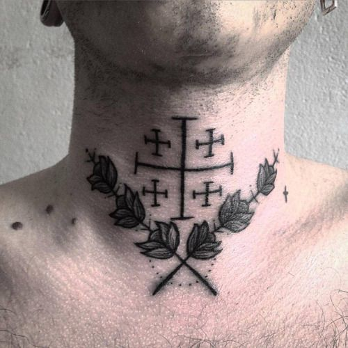 Tatuaje de estilo ornamental en el cuello. Artista tatuador:...