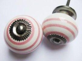 053 Kastknopje met roze strepen