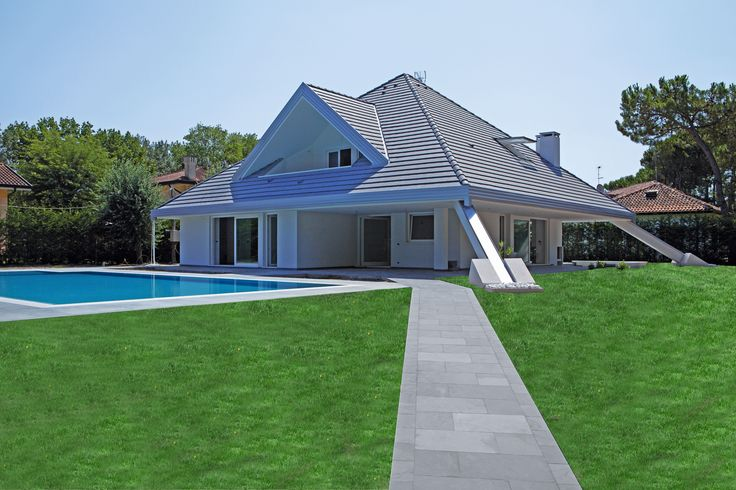 #solarium e #pavimentazione realizzata con #ardesia #grigia #brasiliana  #swimming #pool #real #stone #flooring  #jaipurpietresrl   www.jaipurpietre.it