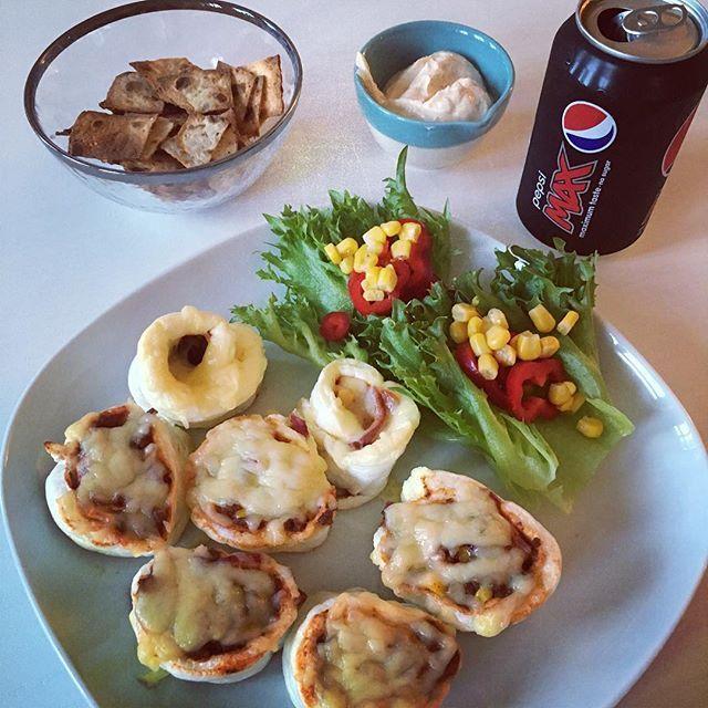 Laget pizzasnurrer av eggehvite, og potetgull av speltlompe til fredagskos;) så no skal Ej nyte alle desse pizzasnurrene + potetgull og dip dip e av mager kesam og holiday dip #coaching #prosjektkjole #bodyvibes_no #livsstilsendring #elitept Oppskrift : Bunn: 3 eggehviter piskes stivt og stekes på 150 grader til den er gyllen. Fyll: karbonadedeig, mais, løk, krydder, tomatpuré, ketshup og pitte litt melk;) Ha på fyllet på bunnen, rull, skjær opp i passende biter og ha på ost. Ste...