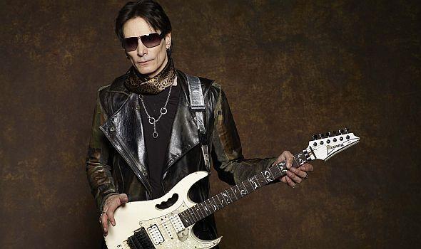 Американский гитарист-виртуоз, также известен как композитор, вокалист, продюсер, актёр.