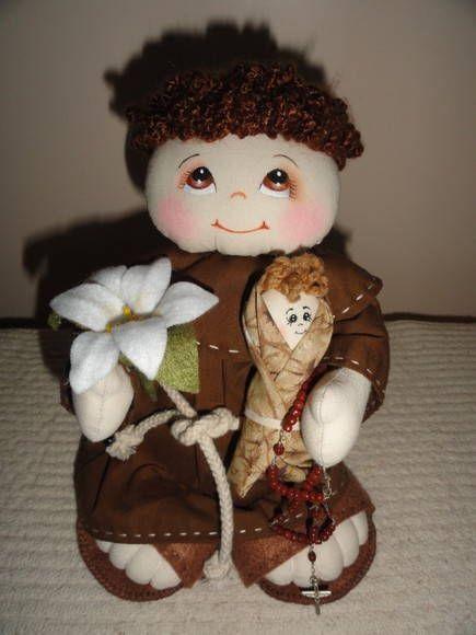 Santo Antônio. Acompanha lírio, bebê e terço. Confeccionado em tecido 100% e feltro no sapato e flor. <br>Tamanho aproximado: 22 cm