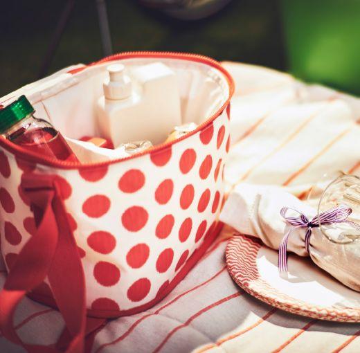 Una borsa frigo aperta su una coperta da picnic - IKEA